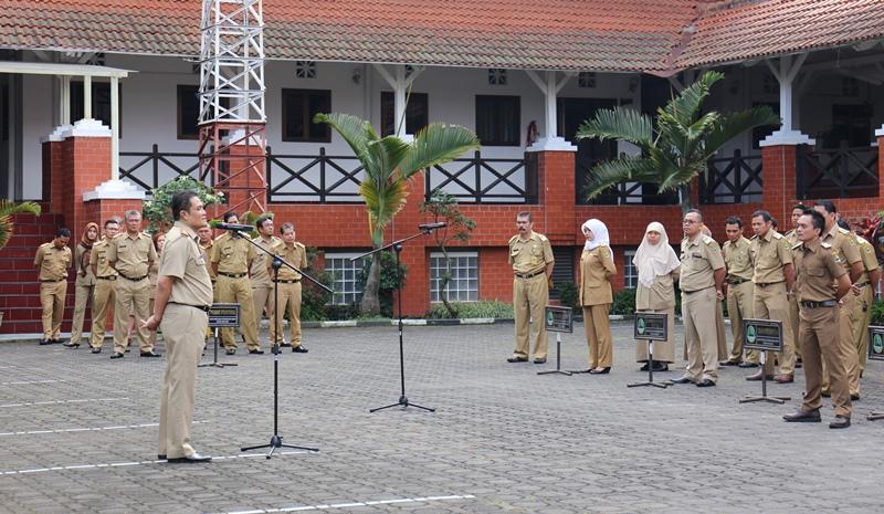 Humas Bappeda Jabar/Kepala Bappeda Jabar Ir. Yerry Yanuar MM menjadi pemimpin Apel Pagi Senin (1/8/16) di lapangan Bappeda Jabar Jl. Ir H. Djuanda No.287, Bandung.