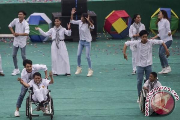 Atraksi sejumlah penari bersama pelajar SLB saat penutupan Peparnas XV di Stadion Siliwangi, Bandung, Jawa Barat, Senin (24/10). Jawa Barat menjadi juara umum dengan 178 medali emas, 104 perak dan 74 perunggu. ANTARA FOTO/Novrian Arbi/pras/16.