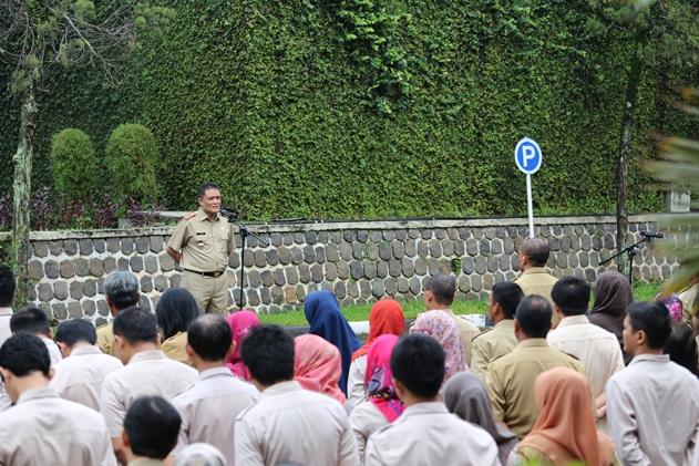 Kepala Bappeda Jabar Ir. Yerry Yanuar, MM memimpin Apel Pagi di Lapangan Apel Bappeda Jabar, Senin (10/10/16)