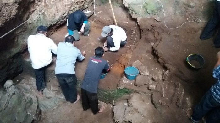 Tim peneliti Balai Arkeologi Jawa Barat tampak tengah melakukan proses ekskavasi di situs purbakala Gua Pawon, Kampung Cibukur RT 04/15, Desa Gunung Masigit, Kecamatan Cipatat, Kabupaten Bandung Barat, Selasa (21/3/2017).