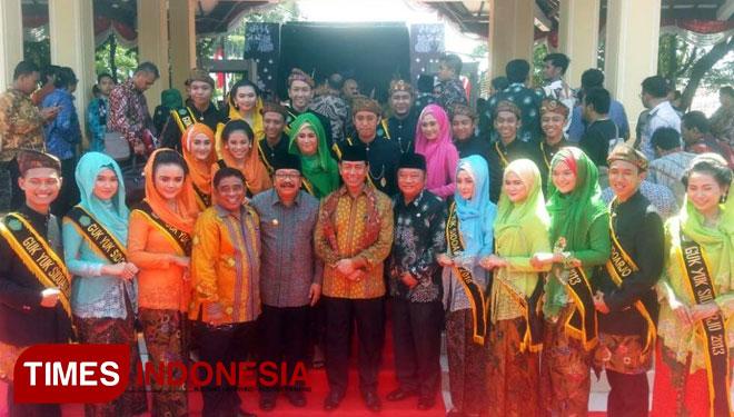 Menkopolhukam, Wiranto (dua dari kanan) diapit Gubernur Jatim, Soekarwo (dua dari kiri), Dirjen (OTDA) Sumarsono (kiri) dan Bupati Sidoarjo, SaifuIlah (Kanan) foto bersama usai acara Hari Otoda di Alun Alun Sidoarjo (Foto: Mulya/ TIMES Indonesia)