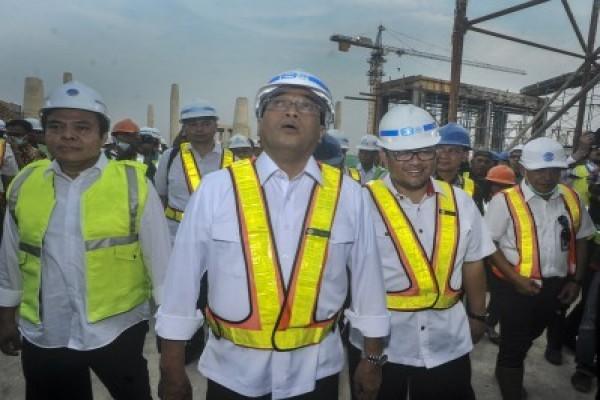 Menteri Perhubungan Budi Karya Sumadi (tengah) bersama Gubernur Jawa Barat Ahmad Heryawan (kedua kanan) meninjau konstruksi saat bangunan Topping Off Bandar Udara Internasional Jawa Barat (BIJB) Kertajati, di Majalengka Jawa Barat, Minggu (21/5/2017). (.ANTARA FOTO/Novrian Arbi)