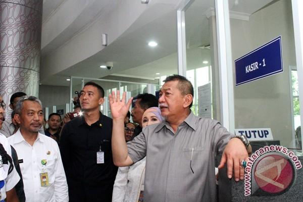 Wakil Gubernur Jawa Barat Deddy Mizwar (kanan) didampingi Wakil Wali Kota Bekasi Ahmad Syaikhu (kiri) meninjau loket pelayanan pajak kendaraan usai meresmikan Kantor Samsat Kota Bekasi, di Bekasi, Jawa Barat, Selasa (16/5/2017). (ANTARA /Risky Andrianto)