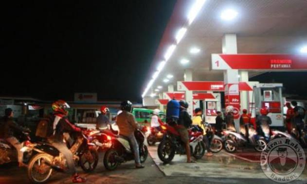 Rela mengantre panjang/USEP USMAN NASRULLOH/PR/PENGENDARA sepeda motor antre untuk mengisi bahan bakar di salah satu stasiun pengisian bahan bakar umum (SPBU) di Jalan Terusan Kopo, Kecamatan Katapang, Kabupaten Bandung, Selasa, 5 Juli 2016 malam. Sejumlah SPBU ramai untuk pengisian bahan bakar pada malam takbiran. Konsumsi bahan bakar pada lebaran diperkirakan meningkat.*