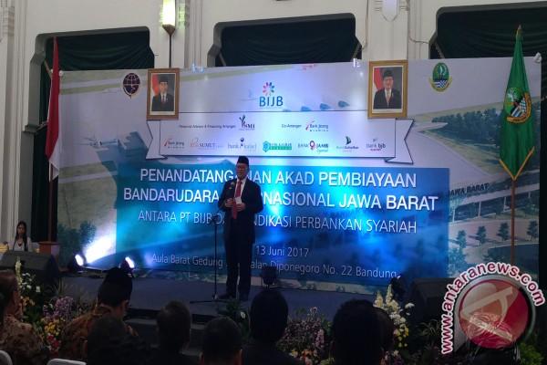 Gubernur Jawa Barat Ahmad Heryawan saat memberikan sambutan pada Penandatanganan Akad Pembiayaan BIJB Antara PT BIJB dan Sindikasi Perbankan Syariah di Aula Barat Gedung Sate Bandung, Selasa (13/6/2017). (Ajat Sudrajat)