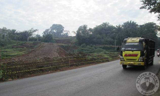 Akses tol Citali/ADANG JUKARDI/PR/AKSES keluar masuk kendaraan menuju jalan tol Cisumdawu (Cileunyi-Sumedang-Dawuan) di daerah Citali, Kecamatan Pamulihan, sudah dibangun tapi masih berupa tanah, Rabu, 31 Mei 2017. Mengingat sebagian ruas jalan tol Ciumdawu di seksi II (Rancakalong-Sumedang) akan digunakan untuk alternatif arus mudik lebaran tahun ini, sehingga Satker (Satuan Kerja) Jalan tol Cisumdawu akan memperbaiki jalan akses keluar masuk ke jalan tol tersebut dengan membangun jalan beton.