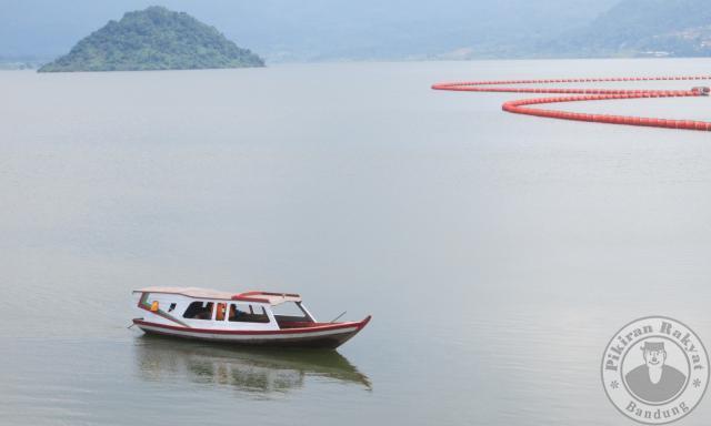 Waduk Jatigede/ADANG JUKARDI/PR/SEBUAH perahu tengah berlayar di hamparan luas genangan Waduk Jatigede di Kecamatan Jatigede, beberapa waktu lalu. Keindahan pemandangan alam Waduk Jatigede, bisa menjadi destinasi wisata air kelas dunia.