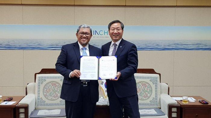 Gubernur Jawa Barat Ahmad Heryawan (Aher) menandatangani Letter of Intent (LoI) dengan Walikota Incheon Yoo Jeong-bok tentang Pembentukan Hubungan Kerja Sama Provinsi Bersaudara dan kerja sama teknik dengan Pemerintah Kota Metropolitan Incheon, Senin (25/9/2017) waktu setempat.