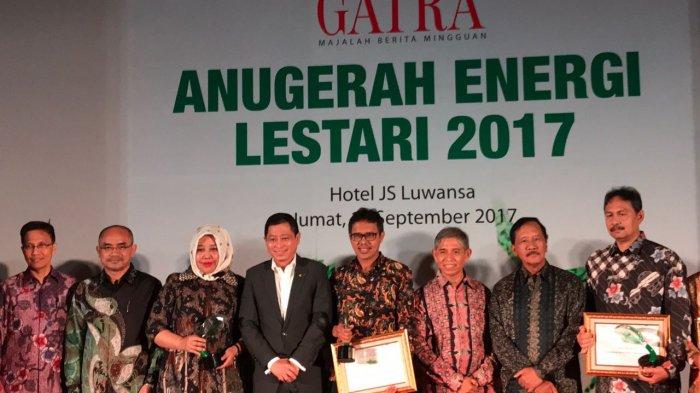 Asisten Ekonomi Pembangunan Sekretariat Daerah Provinsi Jawa Barat, Eddy Iskandar Muda Nasution menerima penghargaan Anugerah Energi Lestari 2017 Kategori Pemerintah Daerah Aktif Mendorong Produksi Pengembangan Energi Terbarukan (EBT) di Hotel JS Luwansa, Jakarta, Jumat (15/9/2017) malam.