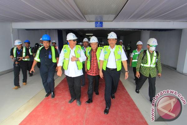 Tinjau Bandara Kertajati. Menko Kemaritiman Luhut Binsar Panjaitan (kedua kanan) didampingi Gubernur Bank Indonesia Agus Martowardojo (tengah) dan Wakil Gubernur Jabar Deddy Mizwar (ketiga kiri) meninjau Bandara Internasional Jawa Barat (BIJB) di Kertajati, Majalengka, Jawa Barat, Selasa (26/9/2017). Menko Kemaritiman berharap bandara Kertajati menjadi pusat logistik serta meminta pembangunan Tol Cisumdawu dipercepat guna mendukung akses bandara Kertajati. (ANTARA/Dedhez Anggara)